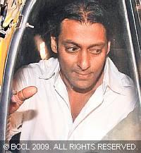 Paparazzi chase Salman's auto!