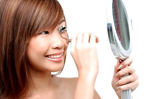 Are eyelash curlers harmful?