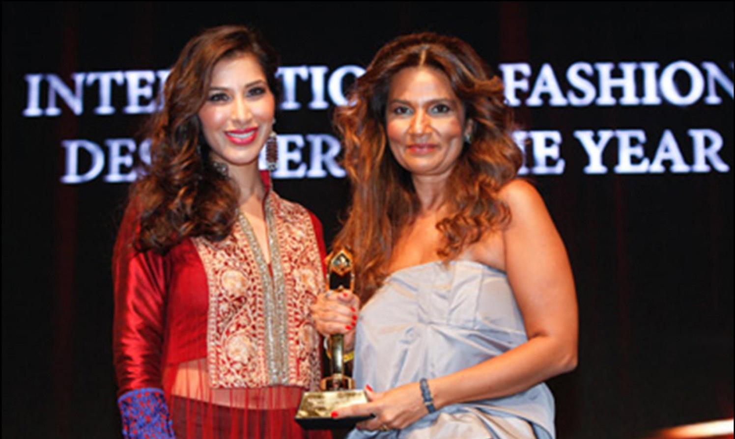 Frieha Altaf receiving the Award
