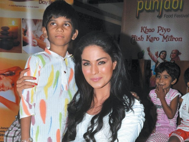 Veena Malik will sponsor a Hindu girl